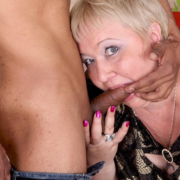 A CHUBBY MILF AND HER TINY TOY BOY - Photo 3 / 16